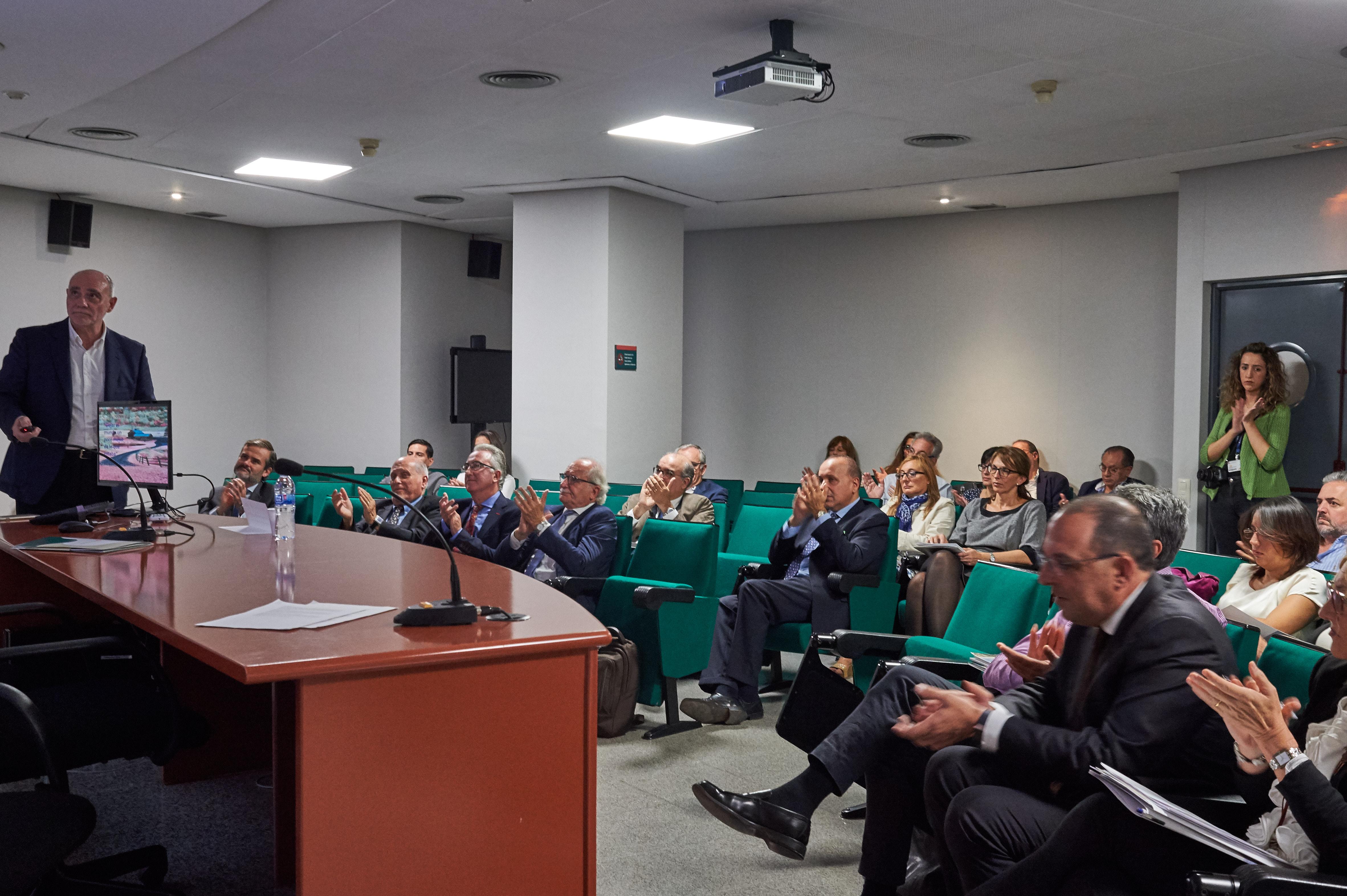 Dr. Armañanzas, jefe de Servicio de Cirugía del H. Dr Peset de Valencia durante su presentación